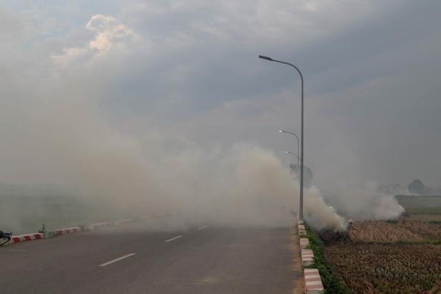 Nhiều tuyến đường ngoại thành Hà Nội mù mịt khói rơm rạ - 9
