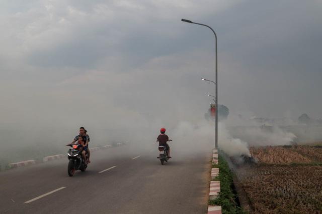 Nhiều tuyến đường ngoại thành Hà Nội mù mịt khói rơm rạ - 11