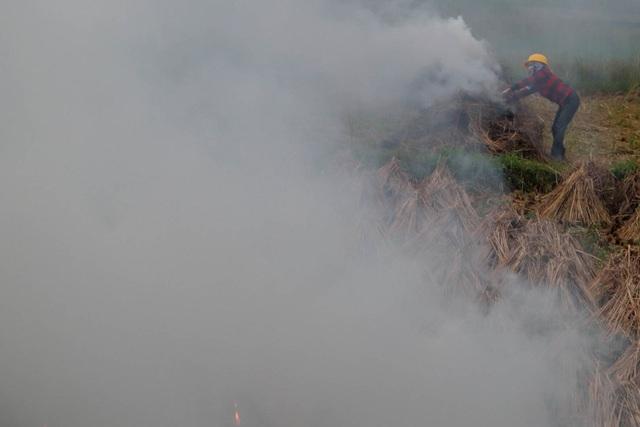Nhiều tuyến đường ngoại thành Hà Nội mù mịt khói rơm rạ - 6