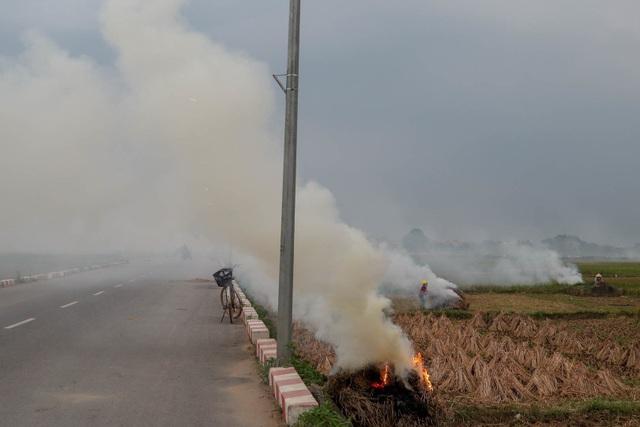 Nhiều tuyến đường ngoại thành Hà Nội mù mịt khói rơm rạ - 10