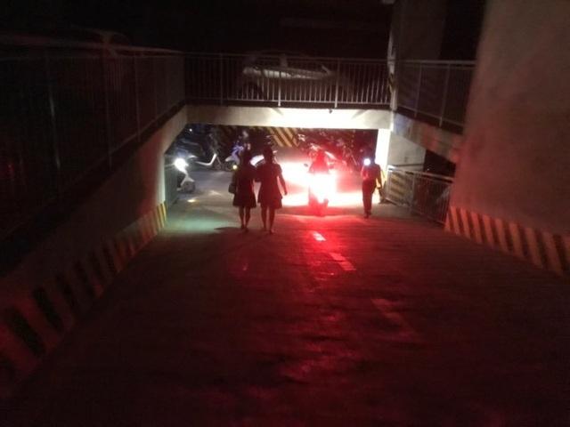 Hà Nội: Giải cứu nhiều người mắc kẹt trong thang máy khi chung cư mất điện - 3