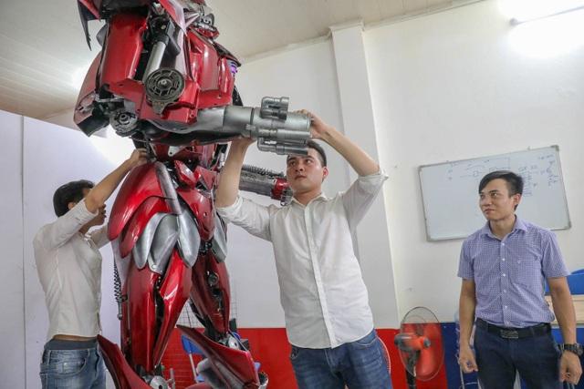 Nhóm thanh niên Hà Nội làm robot như trong phim từ phế liệu - 10