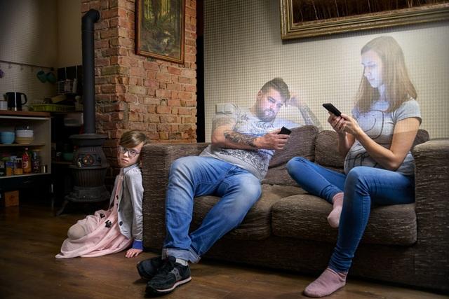 Chùm ảnh đầy ý nghĩa cho thấy smartphone đang khiến con người xa cách nhau như thế nào - 12