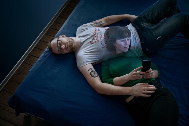 Chùm ảnh đầy ý nghĩa cho thấy smartphone đang khiến con người xa cách nhau như thế nào - 5