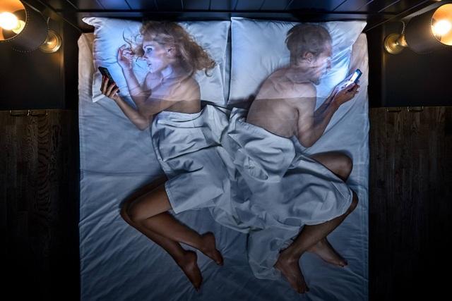 Chùm ảnh đầy ý nghĩa cho thấy smartphone đang khiến con người xa cách nhau như thế nào - 13