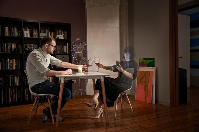 Chùm ảnh đầy ý nghĩa cho thấy smartphone đang khiến con người xa cách nhau như thế nào - 6