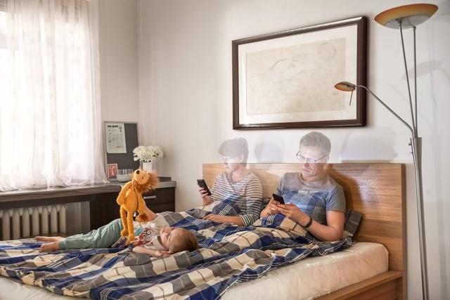 Chùm ảnh đầy ý nghĩa cho thấy smartphone đang khiến con người xa cách nhau như thế nào - 2
