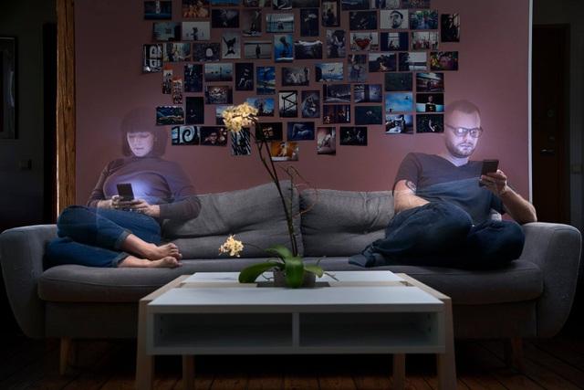 Chùm ảnh đầy ý nghĩa cho thấy smartphone đang khiến con người xa cách nhau như thế nào - 10