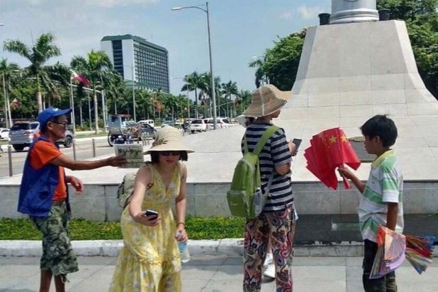 Philippines dậy sóng vì bức ảnh cờ Trung Quốc bày bán công khai ở Manila - 1