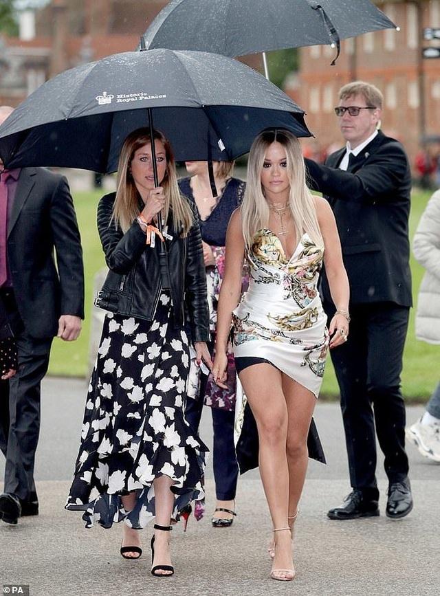 Rita Ora mặc gợi cảm khi gặp hoàng tử Harry - 4