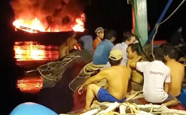 Tàu cá bốc cháy trên biển Trường Sa, 11 ngư dân may mắn được cứu sống - 3