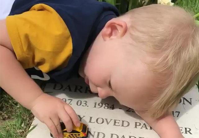 Cảm động hình ảnh cậu bé hát bên mộ cha - 1