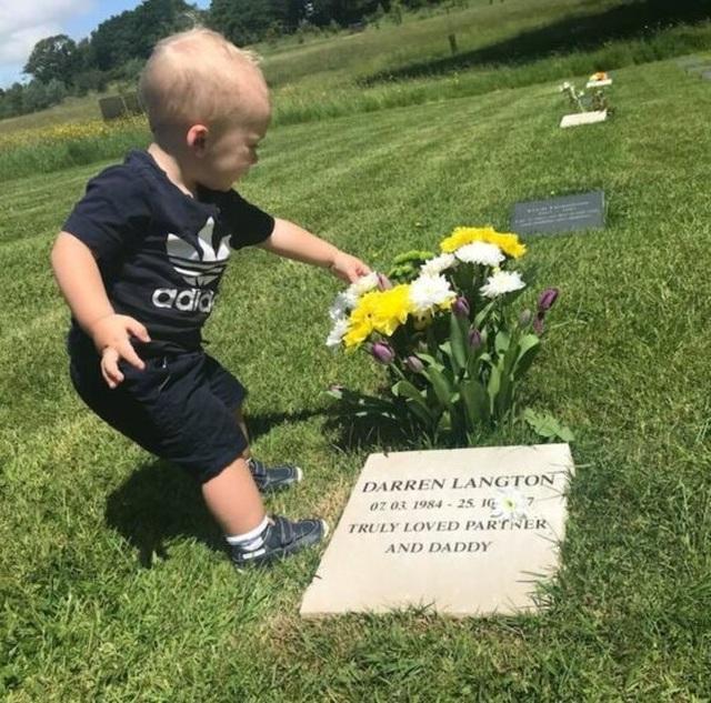 Cảm động hình ảnh cậu bé hát bên mộ cha - 2