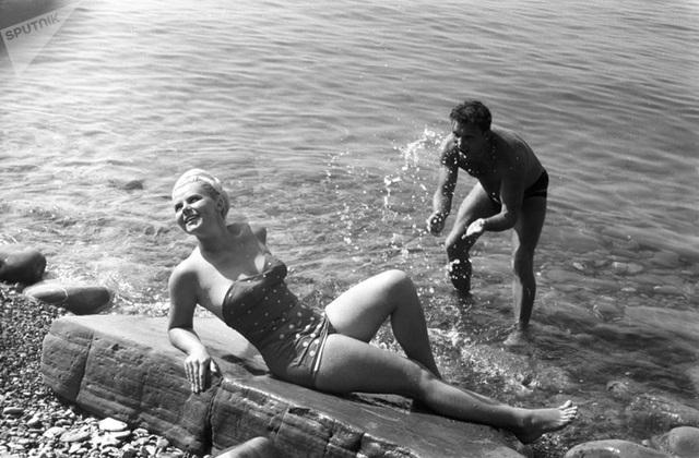 Ảnh hiếm về các hoạt động giải trí của giới trẻ Liên Xô trên bãi biển - 13