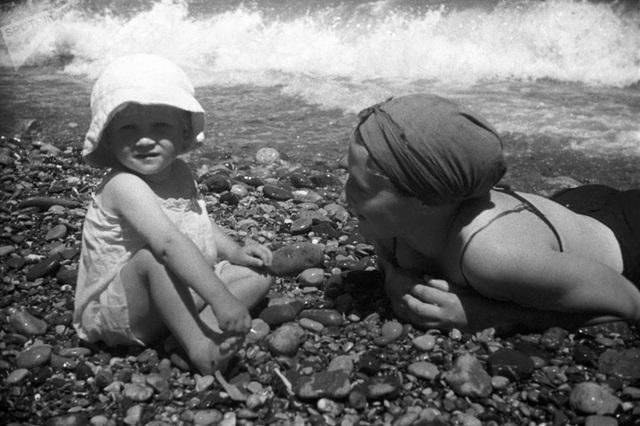 Ảnh hiếm về các hoạt động giải trí của giới trẻ Liên Xô trên bãi biển - 16