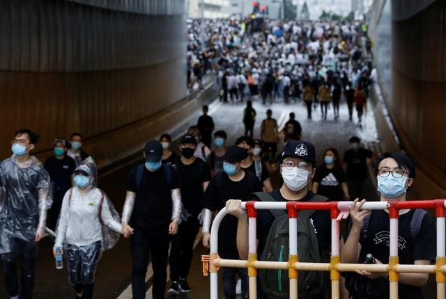 Người Hong Kong biểu tình suốt đêm, chặn trụ sở chính quyền - 3