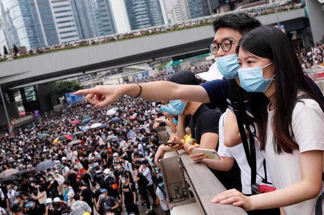 Người Hong Kong biểu tình suốt đêm, chặn trụ sở chính quyền - 2