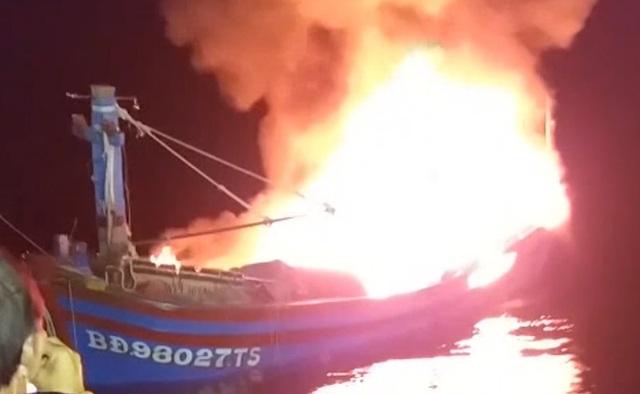 Tàu cá bốc cháy trên biển Trường Sa, 11 ngư dân may mắn được cứu sống - 1