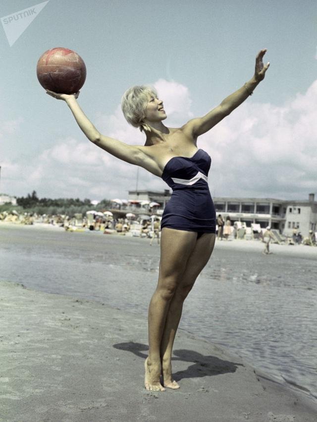 Ảnh hiếm về các hoạt động giải trí của giới trẻ Liên Xô trên bãi biển - 5