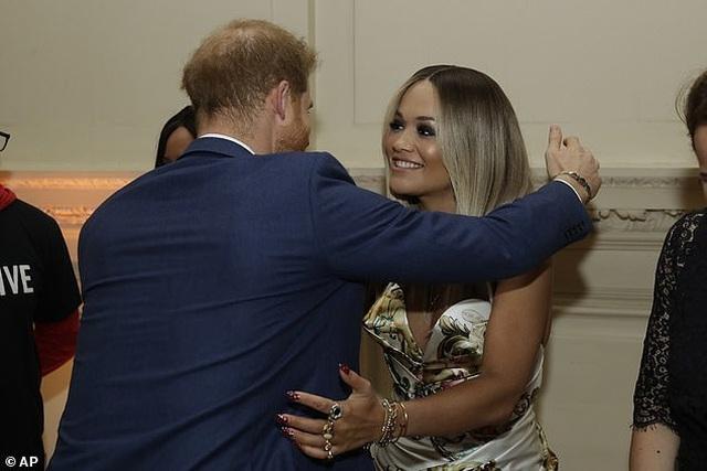 Rita Ora mặc gợi cảm khi gặp hoàng tử Harry - 3
