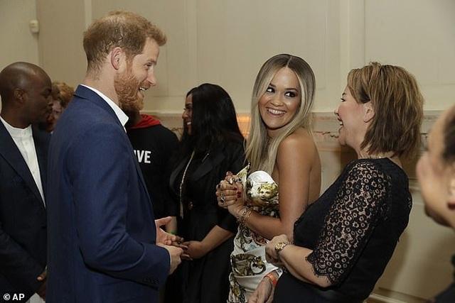 Rita Ora mặc gợi cảm khi gặp hoàng tử Harry - 2