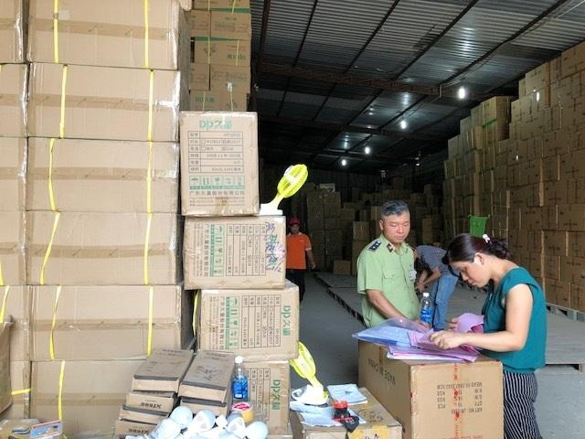 Phát hiện hàng loạt kho bãi hoạt động bất hợp pháp chứa hàng triệu sản phẩm vi phạm - 1