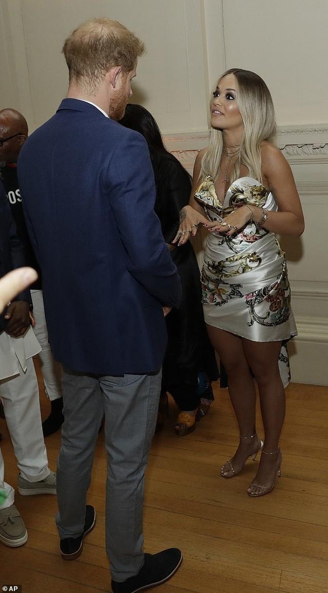 Rita Ora mặc gợi cảm khi gặp hoàng tử Harry - 1