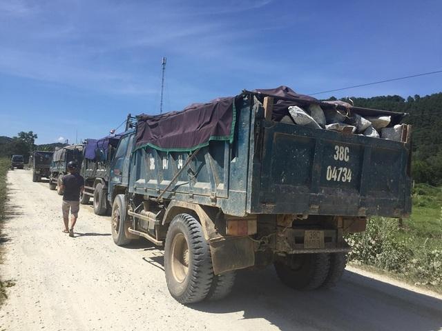 Hà Tĩnh: Người dân tiếp tục chặn xe vào mỏ đá để phản đối vì ô nhiễm - 4