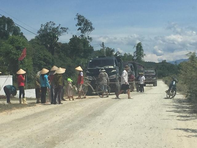 Hà Tĩnh: Người dân tiếp tục chặn xe vào mỏ đá để phản đối vì ô nhiễm - 1