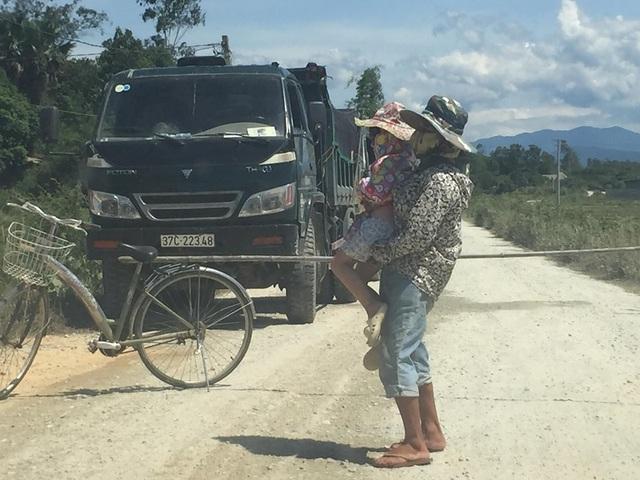 Hà Tĩnh: Người dân tiếp tục chặn xe vào mỏ đá để phản đối vì ô nhiễm - 2