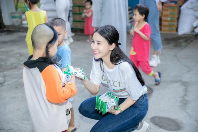 Quỳnh Anh cùng top 5 Hoa Hậu giản dị thăm các em nhỏ tại chùa Diêu Pháp - 4