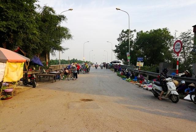 Hà Nội: Cầu tỉnh lộ thành nơi họp chợ, phơi thóc - 1