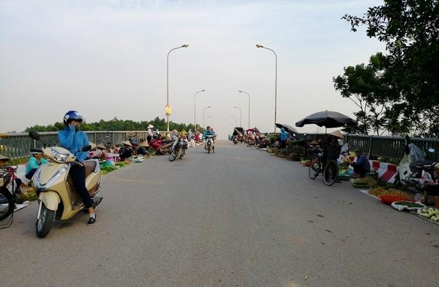 Hà Nội: Cầu tỉnh lộ thành nơi họp chợ, phơi thóc - 2