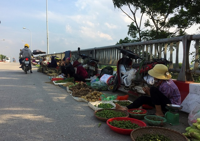 Hà Nội: Cầu tỉnh lộ thành nơi họp chợ, phơi thóc - 3