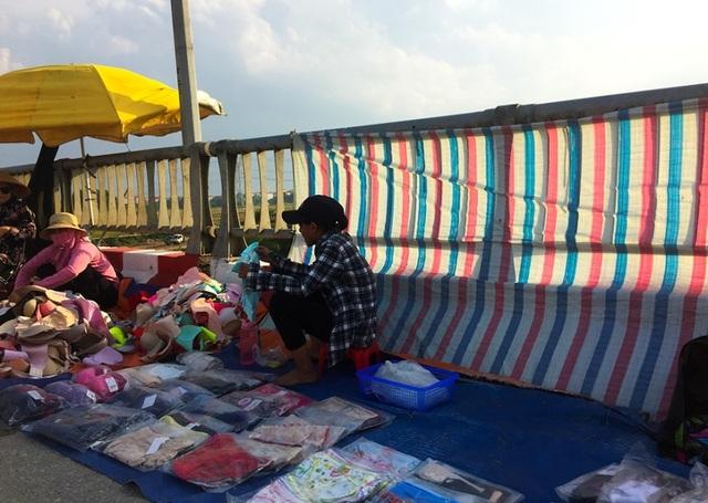 Hà Nội: Cầu tỉnh lộ thành nơi họp chợ, phơi thóc - 6