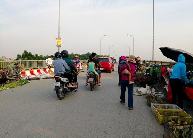 Hà Nội: Cầu tỉnh lộ thành nơi họp chợ, phơi thóc - 8