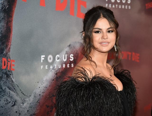 Selena Gomez khoe ngực nảy nở - 1