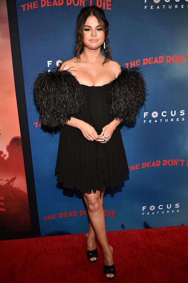 Selena Gomez khoe ngực nảy nở - 3