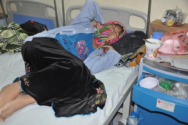 Rớt nước mắt nữ sinh dân tộc Thái cầu xin làm thuê kiếm tiền chăm mẹ trong viện - 3