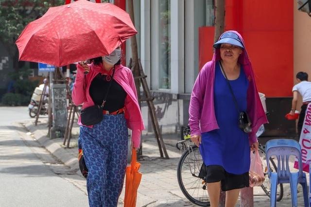 Nóng như tạt lửa vào người, dân Hà Nội trùm kín như ninja đi đường - 2