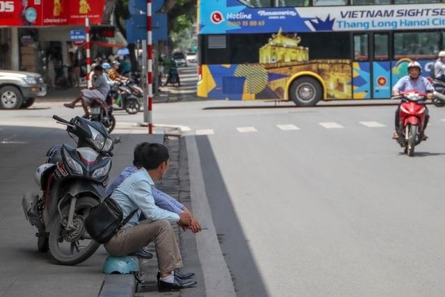 Nóng như tạt lửa vào người, dân Hà Nội trùm kín như ninja đi đường - 10