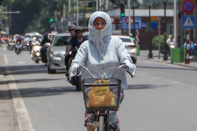 Nóng như tạt lửa vào người, dân Hà Nội trùm kín như ninja đi đường - 4