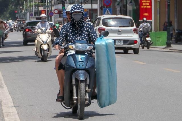 Nóng như tạt lửa vào người, dân Hà Nội trùm kín như ninja đi đường - 5
