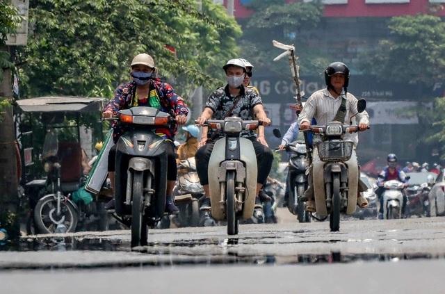 Nóng như tạt lửa vào người, dân Hà Nội trùm kín như ninja đi đường - 8