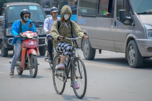 Nóng như tạt lửa vào người, dân Hà Nội trùm kín như ninja đi đường - 1