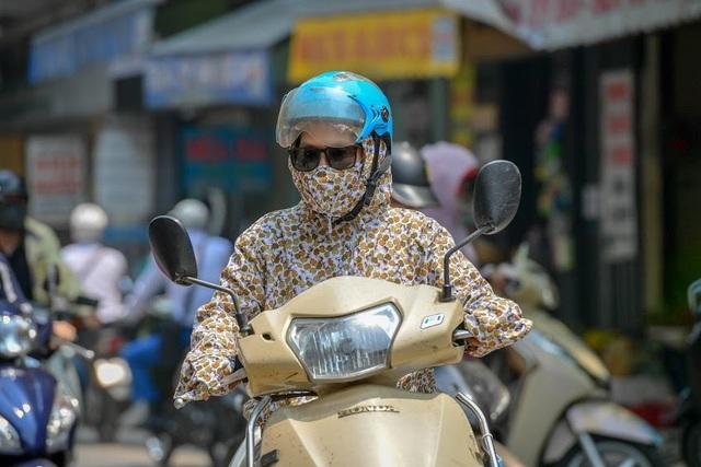 Nóng như tạt lửa vào người, dân Hà Nội trùm kín như ninja đi đường - 3