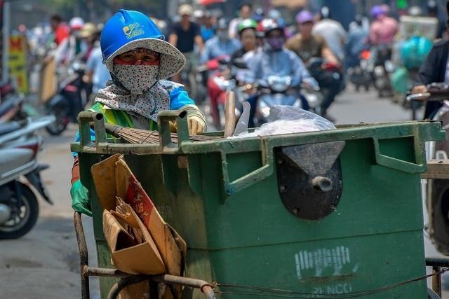 Nóng như tạt lửa vào người, dân Hà Nội trùm kín như ninja đi đường - 9
