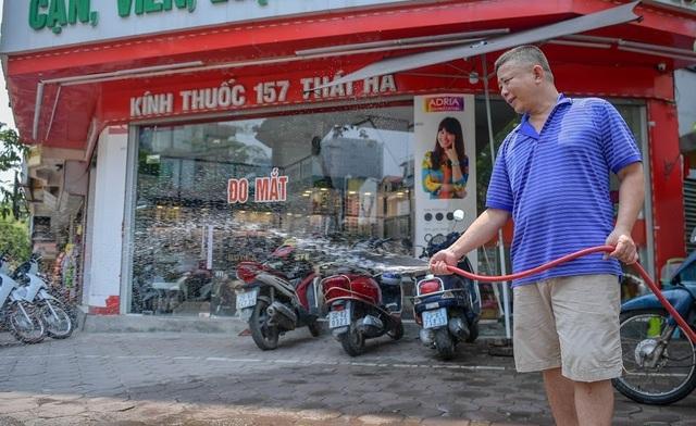 Nóng như tạt lửa vào người, dân Hà Nội trùm kín như ninja đi đường - 7