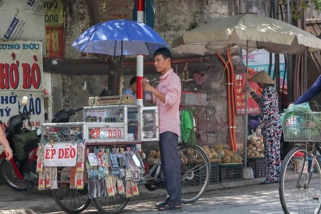 Nóng như tạt lửa vào người, dân Hà Nội trùm kín như ninja đi đường - 11