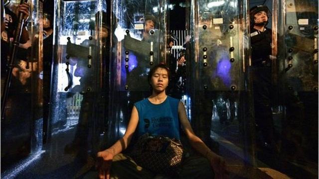 Người Hong Kong biểu tình suốt đêm, chặn trụ sở chính quyền - 4